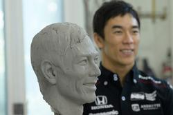Takuma Sato, busto y trofeo Borg-Warner