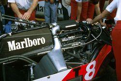 El motor TAG Porsche P01 twin turbo V6 en el chasis de McLaren MP4/1E