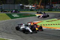 Max Verstappen, Red Bull Racing RB13 en lutte avec Felipe Massa, Williams FW40