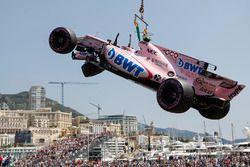Kazalı Esteban Ocon, Force India VJM10 kaldırılıyor