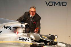 Владелец Sahara Force India F1 Виджей Малья возле автомобиля VJM10