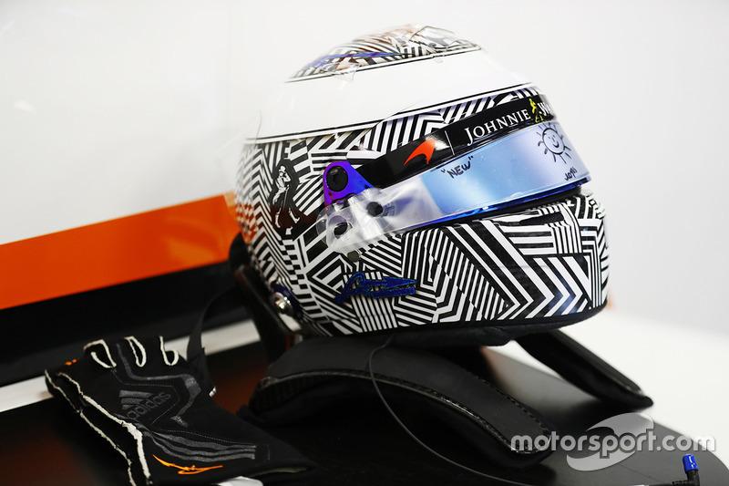 Un nuevo diseño de casco de Fernando Alonso, McLaren, aparece en el garaje
