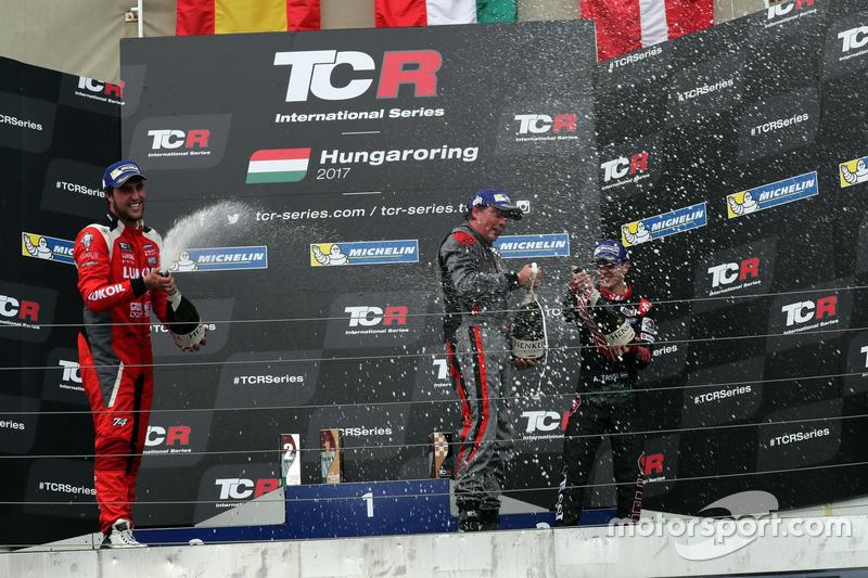 Подиум: победитель Аттила Таши, второе место – Пепе Ориола, Lukoil Craft-Bamboo Racing, третье место