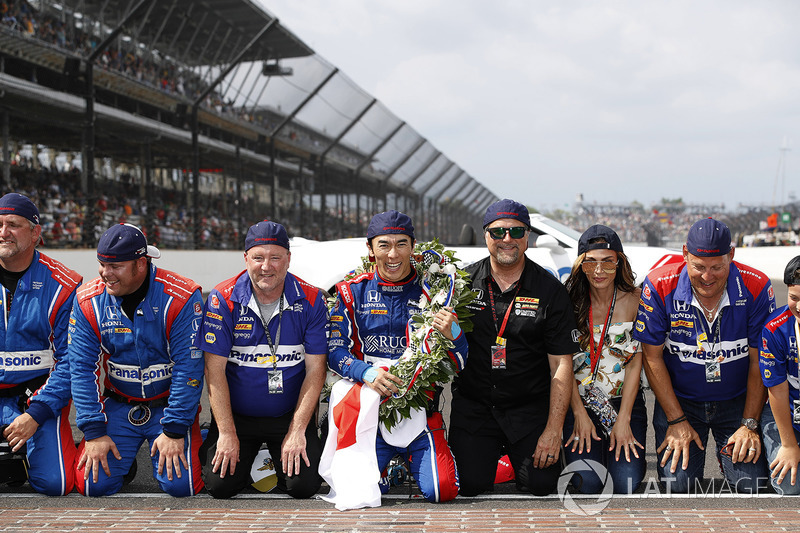 Takuma Sato, Andretti Autosport Honda with Michael Andretti, Andretti Autosport team owner and team on the bricks for a kiss
