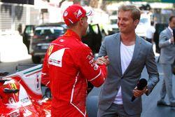 Ganador de la carrera Sebastian Vettel, Ferrari, es entrevistado por el retirado campeón del mundo N