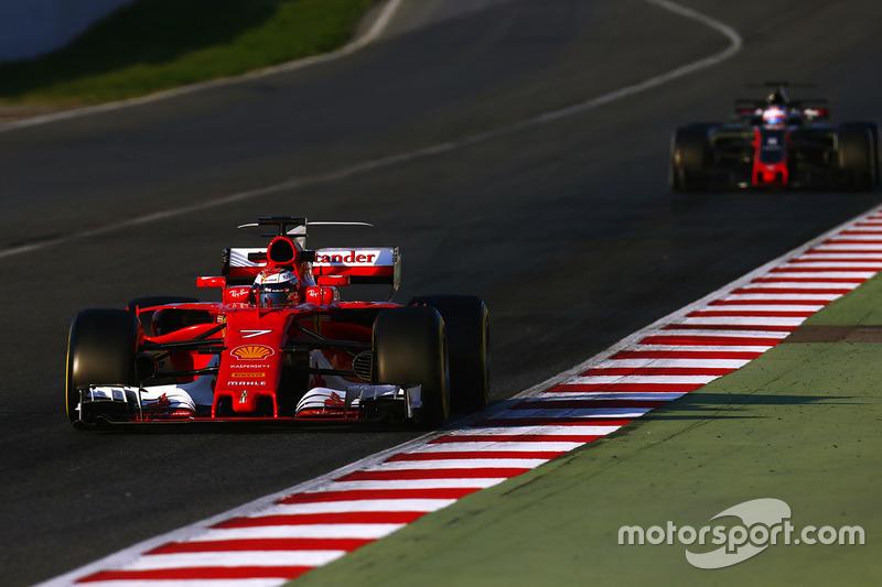 Kimi Raikkonen, Ferrari SF70H, devant Romain Grosjean, Haas F1 Team VF-17