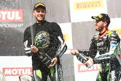 Podio: ganador de la carrera y campeón de 2017 Jonathan Rea, Kawasaki Racing, Tom Sykes, Kawasaki Ra