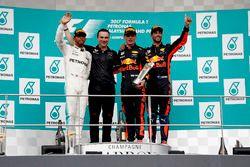 Il secondo classificato Lewis Hamilton, Mercedes AMG F1, Dan Fallows, Ingegnere capo dell'Aerodinamica, Red Bull Racing, Max Verstappen, Red Bull Racing, vincitore della gara e il terzo classificato Daniel Ricciardo, Red Bull Racing, sul podio