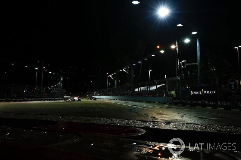 Esteban Ocon, Sahara Force India F1 VJM10 lidera a Carlos Sainz Jr., Scuderia Toro Rosso STR12