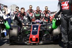 Romain Grosjean, Haas F1 Team VF-17, arrives on the grid