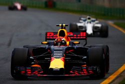 Макс Ферстаппен, Red Bull Racing RB13, и Фелипе Масса, Williams FW40