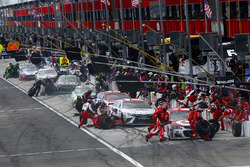 Kyle Larson, Chip Ganassi Racing Chevrolet leads in the pits