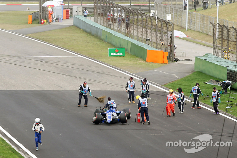 Marshals clear the wreckage of Antonio Giovinazzi, Sauber C36