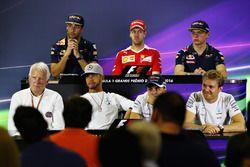 Conférence de presse de la FIA : Daniel Ricciardo, Red Bull Racing; Sebastian Vettel, Ferrari; Max Verstappen, Red Bull Racing; Charlie Whiting, délégué de la FIA; Lewis Hamilton, Mercedes AMG F1; Felipe Massa, Williams; Nico Rosberg, Mercedes AMG F1