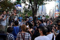 集まったファンにイベント中止を伝える関係者