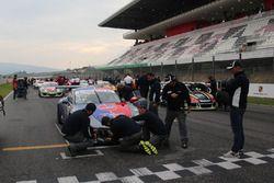 Riparazioni sulla Porsche 911 GT3 Cuop di Gianmarco Quaresmini, Dinamic Motorsport, prima della ripa