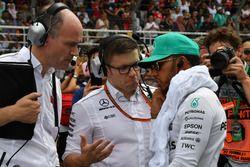 Гонщик Mercedes AMG F1 Льюис Хэмилтон и инженер Питер Боннингтон