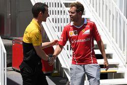 Sebastian Vettel, Ferrari y Remi Taffin, jefe de Renault Sport F1 operaciones de pista