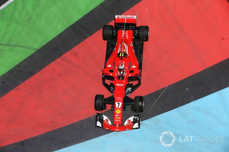 Kimi Raikkonen, Ferrari SF70H,, finisce fuori pista