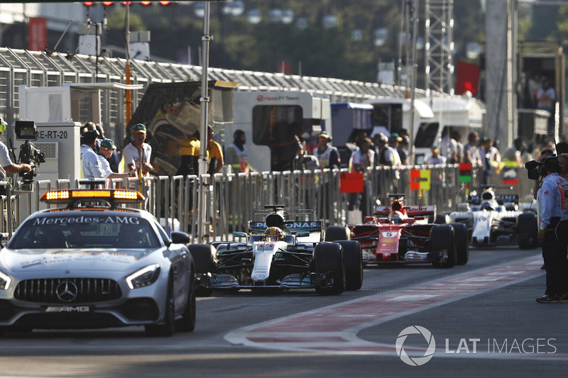 La safety car in pit lane davanti a Lewis Hamilton, Mercedes AMG F1 W08
