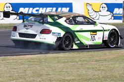 #10 Bentley Team M-Sport Bentley Continental GT3: Steven Kane, Guys Smith, Matt Bell met een bandenprobleem