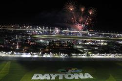 Les feux d'artifice au dessus du Daytona International Speedway