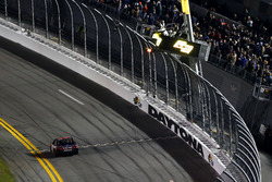 Checkred flag for Denny Hamlin, Joe Gibbs Racing Toyota
