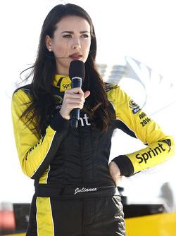 Miss Sprint Cup Julianna bei der Auslösung zur Startaufstellung des Sprint Unlimited