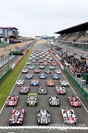 De traditionele en officiële fotoshoot met de deelnemende auto's