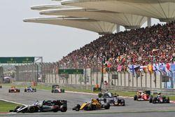Sergio Perez, Sahara Force India F1 VJM09 et Valtteri Bottas, Williams FW38 en lutte pour une position