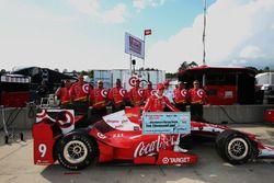 Scott Dixon, Chip Ganassi Racing Chevrolet acepta el premio Firestone Pit Stop rendimiento