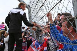 Jenson Button, McLaren avec des fans lors de la parade des pilotes