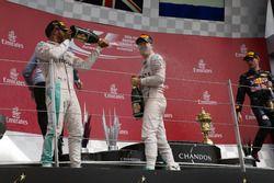 Le vainqueur Lewis Hamilton, Mercedes AMG F1 fête sa victoire sur le podium avec Nico Rosberg, Mercedes AMG F1