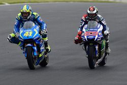 Aleix Espargaro, Team Suzuki MotoGP and Jorge Lorenzo, Yamaha Factory Racing