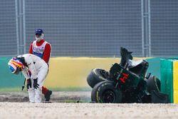 Fernando Alonso, McLaren MP4-31, sale del coche tras su gran accidente