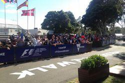 Les fans attendent les pilotes