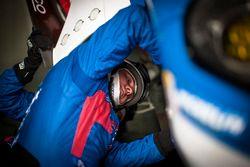 Un mécanicien de la #67 Ford Chip Ganassi Racing Team UK Ford GT: Marino Franchitti, Andy Priaulx, Harry Tincknell