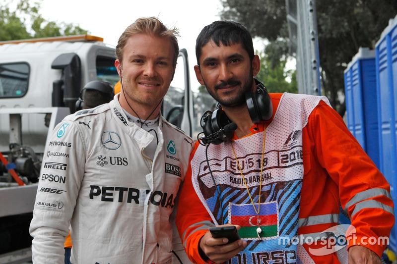Nico Rosberg, Mercedes AMG F1  se detiene en la segunda práctica con un oficial de pista