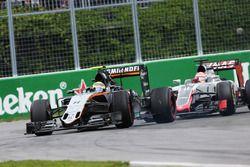 Sergio Pérez, Sahara Force India F1 VJM09 y Romain Grosjean, Haas F1 Team VF-16 luchan por la posici