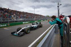Le vainqueur Lewis Hamilton, Mercedes AMG F1 W07 Hybrid fête sa victoire à la fin de la course