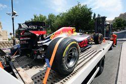El dañado Red Bull Racing RB12 de Daniel Ricciardo, es llevado a pits en la parte trasera de una grú