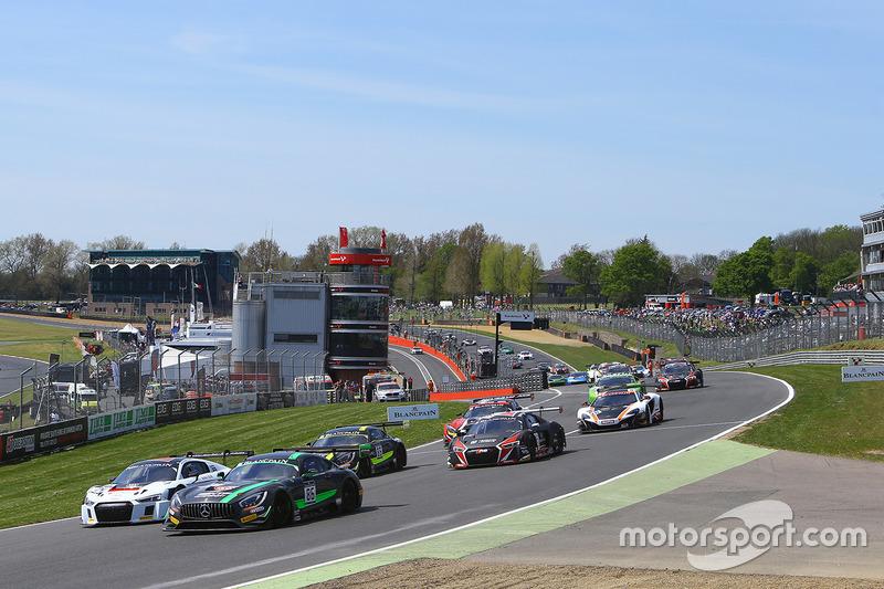 Inicio: #86 HTP Motorsport Mercedes AMG GT3: Jules Szymkowiak, Bernd Schneider líder