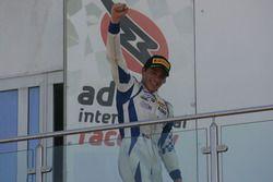 El ganador de carrera 1 Mauricio Baiz, Mucke Motorsport en el podio
