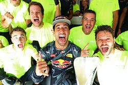 Daniel Ricciardo, Red Bull Racing celebrates finishing in second position with his team