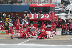 Kyle Larson, Chip Ganassi Racing Chevrolet, pit stop