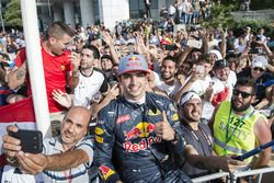 Carlos Sainz Jr. with fans