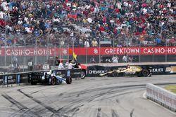 James Hinchcliffe, Schmidt Peterson Motorsports Honda, et Max Chilton, Chip Ganassi Racing Chevrolet, après le crash du départ