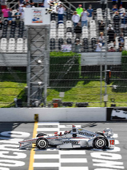 Will Power, Team Penske Chevrolet, passe sous le drapeau à damier