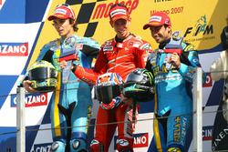 Podio: Ganador Casey Stoner, Ducati; segundo lugar Chris Vermeulen, Suzuki; tercer lugar John Hopkin