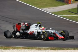 Esteban Gutierrez, Haas F1 Team VF-16 with a puncture at the start of the race